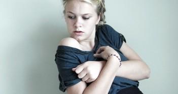 rinnat_tyttö_nainen_torjuminen_mielenterveys_nuoruus_psyyke_epävarmuus_