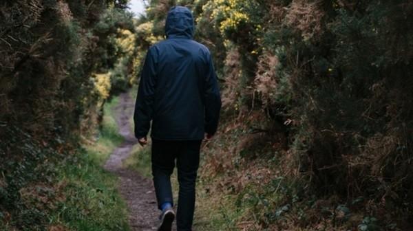 kävely_kävelijä_mies_nuori_aukko_portti_mielenterveys_masennus_huoli_apeus_unsplash