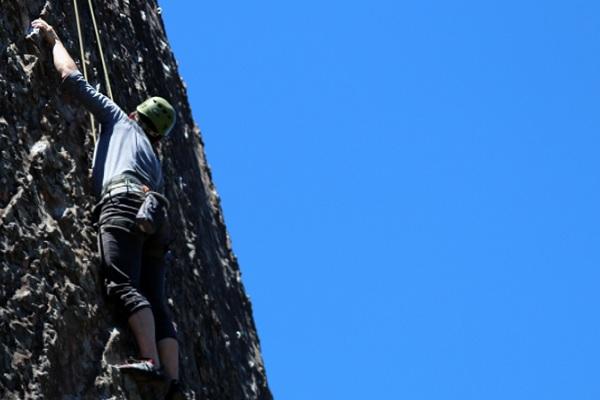 Kiipeilijän olkapää saatiin kuntoon ilman leikkausta – fysioterapialla