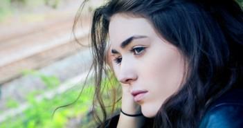 ajattelu_masennus_alakulo_mietteliäs_suru_unsplash_tyttö_ongelma_nuori_nainen