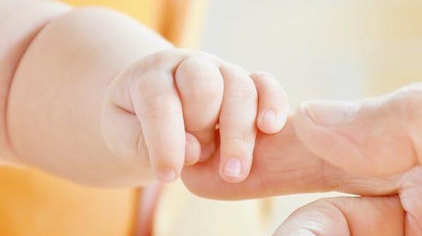 sormet_isa_lapsi_vauva